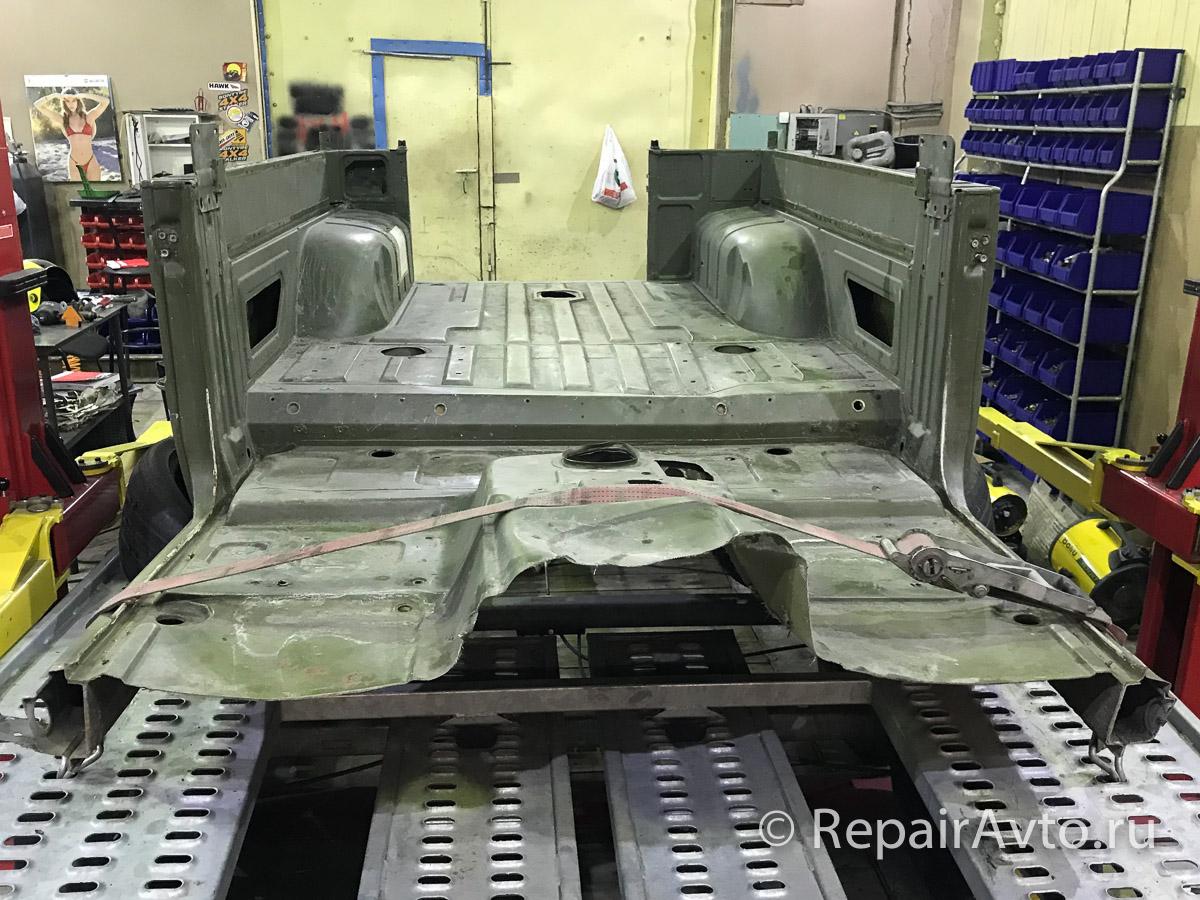 Задняя часть кузова двухдверного удлиненного военного Mercedes G-Class 460 пикап